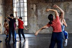 Studenti della Biennale College danza dentro gli spazi dell'arsenale, provano la coreografia di Emanuel Gat, sotto la supervisione di Milena Twiehaus.  Ph. Michelle Davis