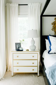 #curtains, #nightstand, #side-table  Photography: Caroline Lima Photography - www.carolinelima.com