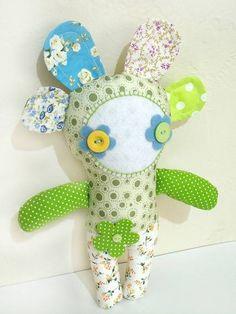 Linda boneca flor confeccionada em tecido 100% algodão, com enchimento antialérgico siliconado e olhos de feltro e botão. PRONTA ENTREGA Dimensões aprox.: Largura: 20 cm Altura: 27 cm R$ 50,00