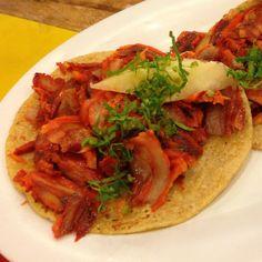 Tacos al pastor en Ciudad de México. Compuesto de Tortilla de maíz y carne de cerdo. la carne de cerdo es preparada con un marinado tradicional: achiote, especias y chiles rojos molidos que otorgan un color rojizo distintivo. -La carne es forma de filetes (previamente marinados) se a http://www.onfan.com/es/especialidades/mexico-city/el-charco-de-las-ranas/tacos-al-pastor?utm_source=pinterest&utm_medium=web&utm_campaign=referal