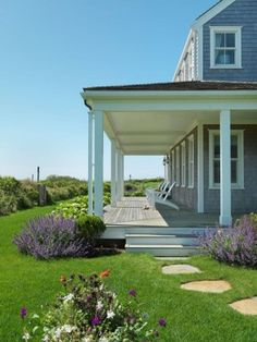 Front Yard Landscaping Surfside Chic Nantucket beach house retreat - Surfside Chic Nantucket is a beach house retreat designed by BPC Architecture together with interior designer Donna Elle Seaside Living in Nantucket, Mass. Cheap Landscaping Ideas, Front Yard Landscaping, Texas Landscaping, Hydrangea Landscaping, Landscaping Design, Outdoor Landscaping, Beach Cottage Style, Beach House Decor, Coastal Style