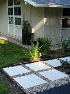 Pavimento externo com placas de concreto e pedriscos
