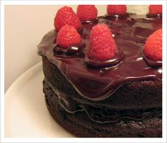 vegan-chocolate-cake-raspberry