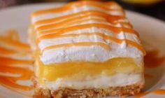Vynikajúci dezert, ktorý sa ideálne hodí do týchto jarných dní ako dezert pre celú rodinu! Výhodou tohto báječného receptu je, že si ho prakticky môžete upraviť podľa svojej vlastnej fantázie. Nakoniec môžete koláč posypať napríklad sušeným ovocím, alebo orechmi. Tento báječný koláč si zamilujete ihneď po prvom ochutnaní! Čo budete potrebovať? – 500g nízkotučného tvarohu – 5-6 nakrájaných banánov –