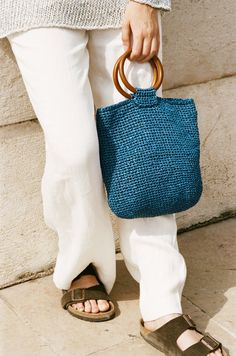 The Applause bag is made from Wool and the Gang's Ra-Ra Raffia yarn in Riviera blue. This crocheted bag kit comes with the pattern, yarn, handles, hook and pattern. Knitting Patterns, Crochet Patterns, Knitting Ideas, Macrame Art, Diy Purse, Straw Bag, Knit Crochet, Weaving, Knitted Scarves