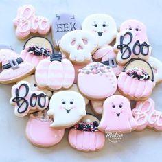 Halloween Desserts, Halloween Cupcakes, Postres Halloween, Halloween Cookies Decorated, Halloween Sugar Cookies, Pink Halloween, Halloween Designs, Halloween Treats, Halloween Party