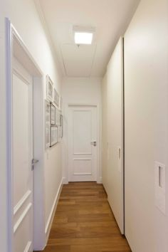 rouparia embutida no corredor,com discretas portas de correr