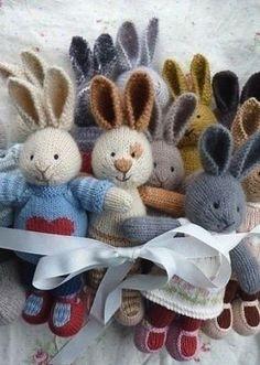 Веселые зайцы для ваших малышей связаны спицами. Подробное, пошаговое описание вязания игрушки спицами размещено в этой статье. Такая игрушка, изготовленная