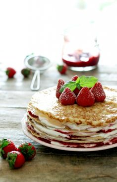 Pancake cake with strawberries. The most beautiful summer cake // Pandekage lagkage med jordbær. Vegetarian Breakfast Recipes, Brunch Recipes, Crepes, Yummy Treats, Yummy Food, Cream Cheese Pancakes, Pancake Cake, Summer Cakes, Swedish Recipes