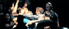 [Gif] Matt Bellamy holding a fan - NYC, 16/04/13