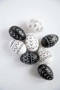 Learn how to turn Easter eggs into Mudcloth inspired egg designs! Se how with our black and white mudcloth Easter egg video. Easter Candy, Easter Eggs, Easter Gift, Holiday Crafts, Holiday Fun, Holiday Decor, Egg Designs, Do It Yourself Crafts, Spring Home Decor