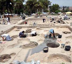 Gözlükule höyüğü/Tarsus/Mersin/// Höyük, Orta Anadolu'dan Akdeniz kıyılarına doğal bir geçiş olan Gülek Boğazı çıkışında, Antik Kilikya ovasında yer almaktadır. Diğer yandan Gülek Boğazı çıkışından Amik Ovası yoluyla Kuzey Suriye'ye ulaşımın da kavşağındadır. Ancient Ruins, Archaeology, Knight, History, Architecture, Water, Travel, Outdoor, Arquitetura