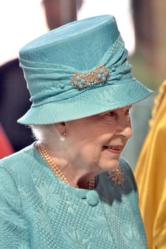 "Turquoise brooch in hat. MAKE AN OVERVIEW OF HATS OF QUEEN ELIZABETH II OF ENGLAND ""2016 TO 2007"" - PRINCESS MONARCHY"