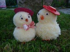 How to make wool chicks fast before Easter - DIY [Fai da Te] Mania Pom Pom Animals, Woolen Craft, Bunny Templates, Crafts To Make, Diy Crafts, Pom Pom Decorations, Chicken Crafts, Pom Pom Maker, How To Make A Pom Pom