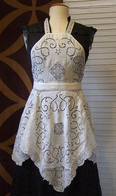 Tablecloth apron. Very pretty, Susan....can you make this out of my curtains???