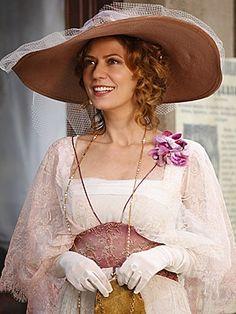 atriz Patricia Pilar usando vestidos da da novela Lado a lado - Pesquisa Google