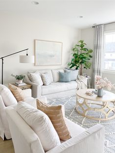 Neutral chic living room inspo care of Chic Living Room, Home Living Room, Living Room Designs, Coastal Living Rooms, Designer Living Rooms, White Living Rooms, Hamptons Living Room, Living Room Decor Styles, Hamptons Decor