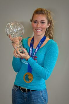 Mikaela Shiffrin showing off her World Cup trophy during an autograph session at The Westin Riverfront Beaver Creek. Alpine Skiing, Snow Skiing, Mikaela Shiffrin Hot, Ski Racing, Beautiful Athletes, Beaver Creek, Alain Delon, Sports Figures, Marylin Monroe