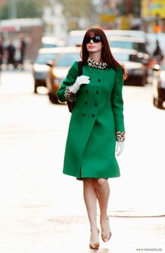 That Kelly green coat look on Anne Hathaway from The Devil Wears Prada. Prada Outfits, Chic Outfits, Glamour Vintage, Mode Bcbg, Cooler Stil, Estilo Cool, Devil Wears Prada, Funny Fashion, Fashion Movies