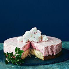 Vaahtokarkkikakku muistuttaa hyydytettyä juustokakkua, jossa on mehevä… Kiss The Cook, Treat Yourself, Cheesecakes, Yummy Cakes, Deserts, Goodies, Food And Drink, Sweets, Snacks