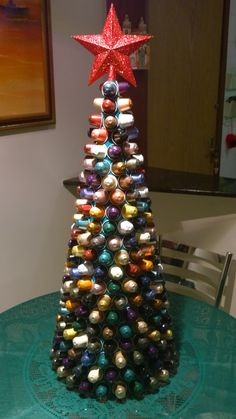 Árvore de Natal feita com cápsulas nespresso.