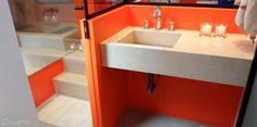 Sala de banho com banheira e dois chuveiros - o lavabo é delimitado por divisórias de drywall, vidro e espelhos, utilizados para dar a sensação de integração e continuidade no espaço. Projeto da arquiteta Alessandra Bonotto Hoffmann Paim.