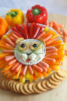 Jungle party food doesn't get much better than this hummus and veggie lion! One of our fave party snacks for a kids birthday party. Jungle party food doesn't get much better than this hummus and veggie lion! Jungle Food, Safari Food, Jungle Safari, Jungle Snacks, Safari Jeep, Jungle Cake, Lion Party, Lion King Party, Cat Party