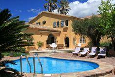 """Villa """"Front de Mer"""" (Saint-Aygulf) - Luxe Provençaalse familievilla met privé zwembad. Unieke ligging: de zeer ruime tuin (4000m2) met een torenhuisje grenst direct aan de Middellandse Zee. Vanuit een privé poort achter in de tuin loopt u direct het strand op. De villa is elegant en luxe ingericht en zeer ruim van opzet. Aan de villa verbonden is een aparte studio met eigen kitchenette en 2 slaapkamers die ruimte bieden aan 4 personen. De villa is geschikt voor 14 personen."""