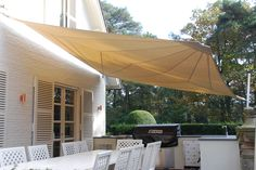 Heerlijk groot terras met een Soliday C automatisch oprolbaar zonnezeil.