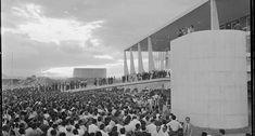 Sonho. O presidente Juscelino Kubitschek, ao lado do vice João Goulart, de dona Sarah e do prefeito Israel Pinheiro, discursa para a multidão na inauguração de Brasília