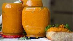 Ak máte veľa cukiet, pripravte si do zásoby chutné nátierky na zimu. Cuketovú zmes môžete použiť na hrianky, ako omáčku k mäsu alebo dokonca aj ako dip k lupienkom. Slovak Recipes, Pumpkin Squash, Baked Eggs, Canning Recipes, Clean Recipes, Hot Sauce Bottles, Brunch, Food And Drink, Healthy Eating