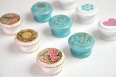 Nézd meg Te is a Pentart videóját arról, hogyan lehet különféle technikákkal egyedi bútorgombokat készíteni! Pentart: www.pentart.hu www.facebook.com/pentart... Kitchen Colour Schemes, Color Schemes, Repurposed Furniture, Painted Furniture, Home Crafts, Diy Crafts, Hot Pads, Mini Cupcakes, Furniture Makeover