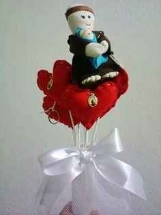 Bouquet com 6 corações que viram chaveiros e 1 Santo Antonio