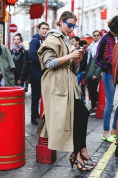 The Best Street Style At London Fashion Week Street Style London, Best Street Style, Street Style Trends, Spring Street Style, Street Chic, Paris Street, Coats For Women, Clothes For Women, Street Snap