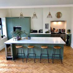 Looks lovely with white worktops Open Plan Kitchen Dining Living, Open Plan Kitchen Diner, Living Room Kitchen, Dining Room, Wooden Kitchen Floor, Kitchen Flooring, Green Kitchen Island, Blue Shaker Kitchen, Wren Kitchen