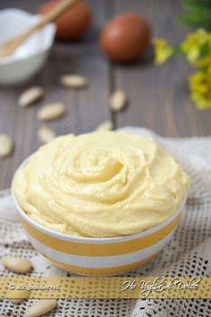 Crema frangipane una ricetta base della pasticceria, una crema a base di mandorle perfetta per crostate, torte e dolcetti. Ricetta facile e veloce.