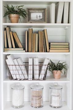47 Favorite Modern Farmhouse Home Decor Ideas. Favorite Modern Farmhouse Home Decor Ideas There is nothing quite as warm and welcoming as an old farmhouse. This style of decorating practically begs friends and […] Bookshelf Styling, Bookshelf Decorating, Bookshelf Design, Bookshelf Ideas, Bookshelf Makeover, Rustic Bookshelf, Modern Bookcase, Decoration Bedroom, Wall Decor