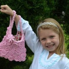 DIY Bolsa para niña con camiseta reciclada Backpack Decoration, Textile Dyeing, Old Clothes, Old T Shirts, New Year Gifts, Two Piece Outfit, Fabric Painting, Headbands, Cool Designs