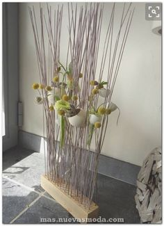 63 Unique Easter Decor Ideas To Give Your Home A Stylish Touch Wind Sculptures, Deco Nature, Modern Flower Arrangements, Easter Flowers, Easter Parade, Deco Floral, Easter Wreaths, Ikebana, Floral Bouquets