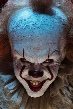 Pennywise schockt mit seinem Äußeren, dabei ist der Schauspieler, der den Horror-Clown verkörpert, ohne seine gruselige Maske ein echter Augenschmaus!