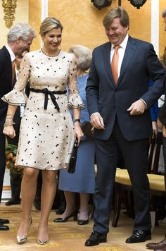 King Willem-Alexander and Queen Maxima of The Netherlands attend the Appeltjes van Oranje Award ceremony for social projects in Palace Noordeinde on May 2017 in The Hague, Netherlands. African Fashion Dresses, African Dress, Royal Fashion, Suit Fashion, Valentino Couture, Ankara Gowns, Royal Brides, Batik Dress, Queen Maxima