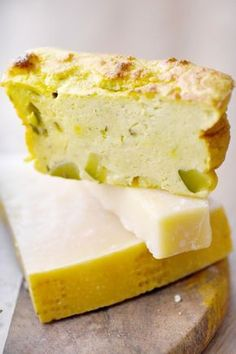 Magic cake with zucchini: a magic cake with zucchini and Parmesan cheese Cake Magique, Flan Dessert, Healthy Food Alternatives, Parmesan Crusted Chicken, Vegetable Drinks, Savoury Cake, Buffet, Cooking Time, Zucchini