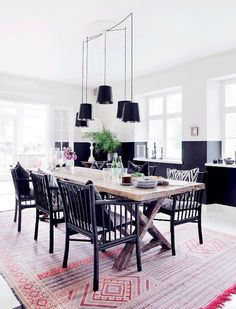 Pink rug in dining room