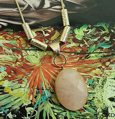Corrente em banho de ouro 18K com pingente pedra Quartzo Rosa facetado, disponível no site www.ckdsemijoias.com.br
