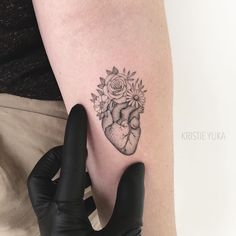 Hearts have all the time been widespread Hand Tattoos Heart for women and men. Wörter Tattoos, Mini Tattoos, Cute Tattoos, Body Art Tattoos, Small Tattoos, Tatoos, Real Heart Tattoos, Human Heart Tattoo, Brain Tattoo
