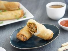 best recipes Chicken Spring Rolls - served with kecap manis sauce Fried Spring Rolls, Chicken Spring Rolls, Chow Mein, Appetizer Dishes, Appetizer Recipes, Salmon Appetizer, Italian Appetizers, Snack Recipes, Healthy Recipes