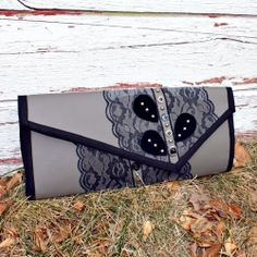 A tutorial on how to make this sexy clutch. http://ricochetandaway.blogspot.com/2012/01/naughty-notions-clutch-is-done.html