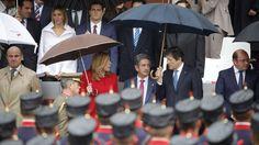 Foto: Javier Fernández y Susana Díaz conversan con el presidente cántabro, Miguel Ángel Revilla, este 12 de octubre durante el desfile militar, en Madrid. (EFE)