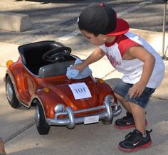 Kid cleaning VW Beetle Convertible Toy