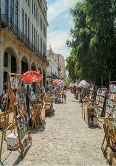 Mercadillo de antigüedades en La Plaza de Armas La Habana Vieja